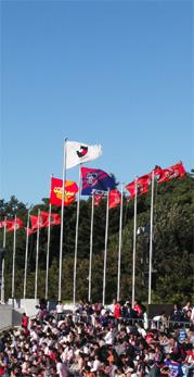 強風で旗が強くはためいていた