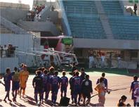 試合終了後の東京の選手達。左側で今野と肩を組んでるボウズのノッポが平山だ